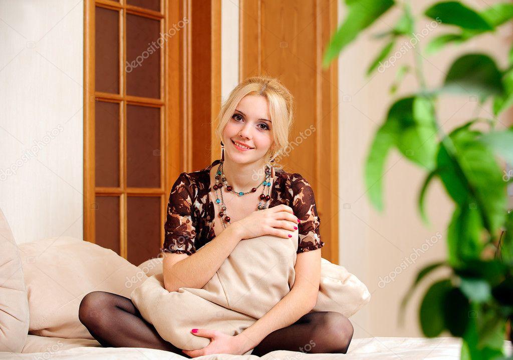 Фото женщина сидит на кровати 7 фотография