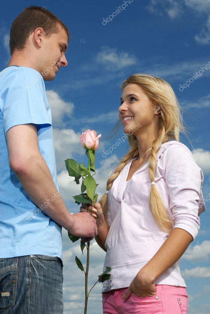 Можно ли девушки подарить одну розу