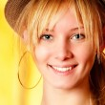 Beautiful girl in hat smiles — Stock Photo