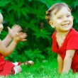 Baby applauds sister - Stockfoto