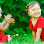 Baby applauds sister — Stock Photo