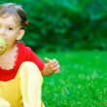 Girl eats an apple — Stock Photo