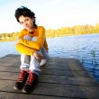Girl sits on bridge — Stockfoto