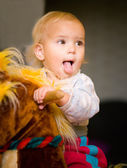 Baby на лошадка-качалка — Стоковое фото