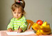 Enfant s'appuie sur les fruits — Photo