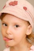 Mädchen zeigt Zunge — Stockfoto