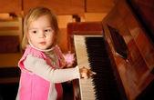 Joven sobre piano — Foto de Stock