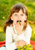 Criança come uvas — Fotografia Stock