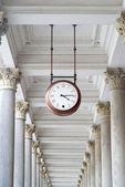 Clock and colonnade in Karlovy Vary — Stock Photo