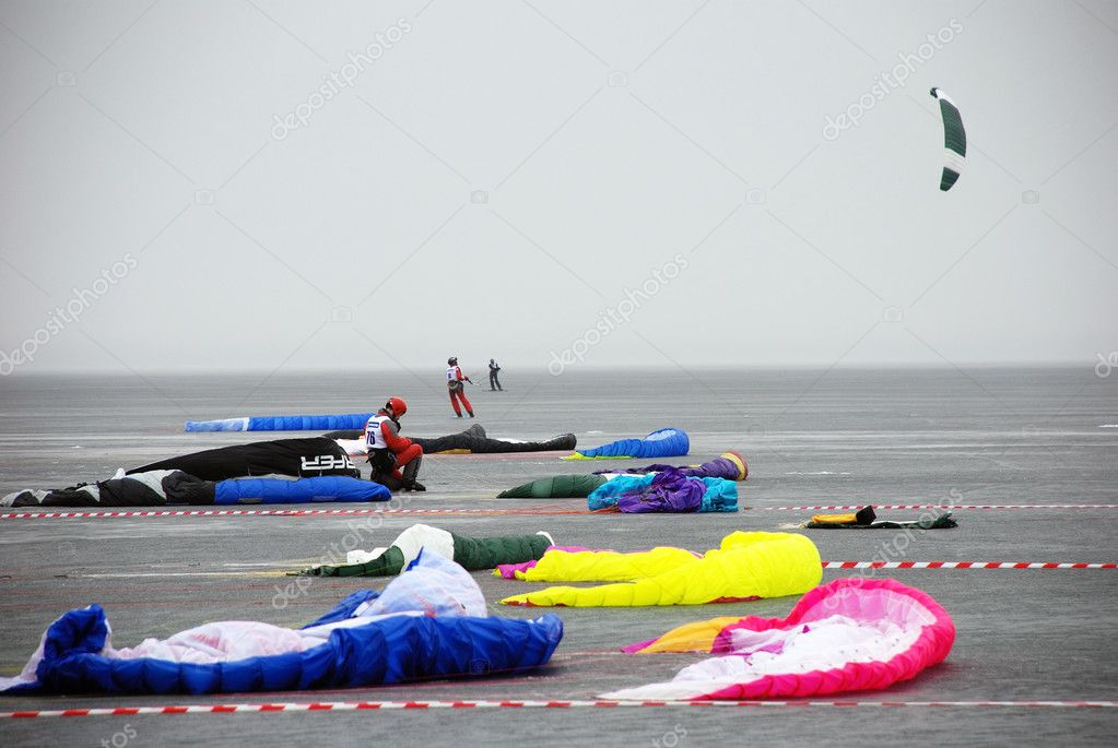At the starting line: bright kites in the grey foggy lake Onego — Stock Photo #1604253