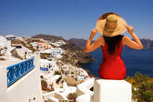 Greek woman on the streets of Oia — Stockfoto