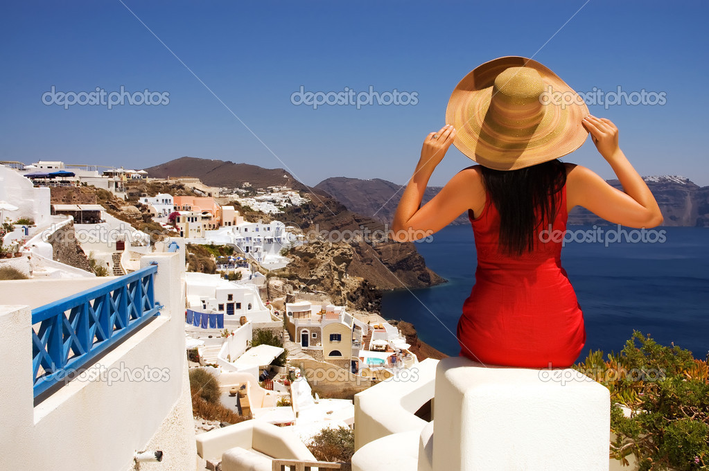 Beautiful young Greek woman on the streets of Oia, Santorini, Greece. — Stock Photo #1670249