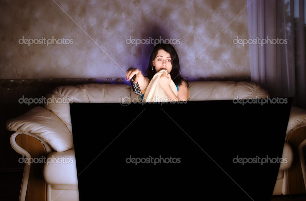 女孩在沙发上看电视