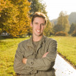 jonge man in park — Stockfoto