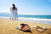 Młoda atrakcyjna para na plaży — Zdjęcie stockowe