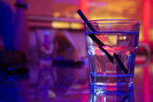 Glas alcohol drinken in de night club — Stockfoto