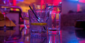Glas alkohol trinken in den nightclub — Stockfoto