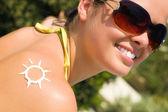 En sol med solkräm — Stockfoto