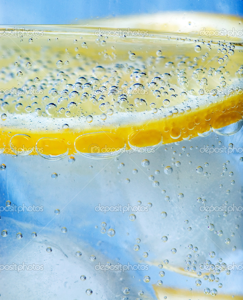 Close up of tonic and lemon — Stock Photo #1725534