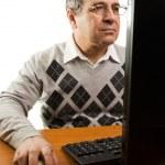 Senior man with computer — Stock Photo