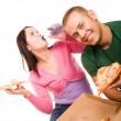 Young man and young woman eating pizza — 图库照片