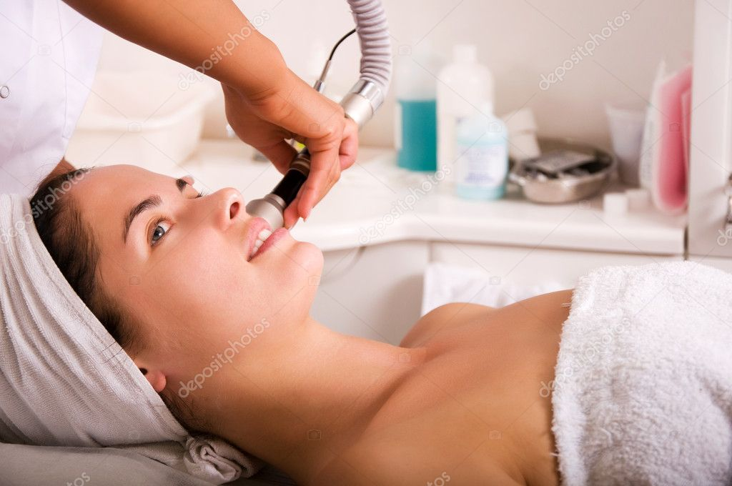 Young woman getting skin cleaning at beauty salon (shallow dof) — Stock Photo #1969597