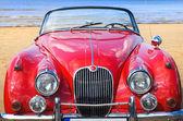 浜の古い古典的な赤い車 — ストック写真