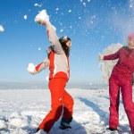 twee meisjes spelen met sneeuw — Stockfoto