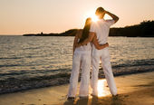 Couple hugging, enjoying summer sunset. — Stock Photo