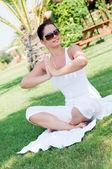 Genç bir kadın parkta yoga yaparken — Stok fotoğraf