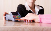 Woman hand holding credit card — Стоковое фото