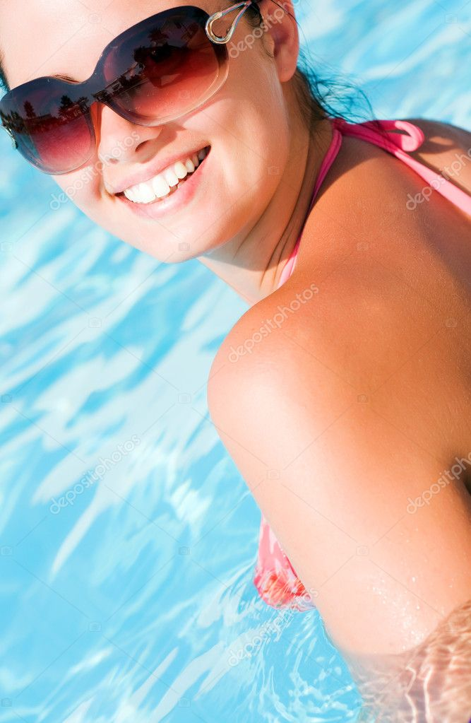 Beautiful young woman at a pool — Stock Photo #1987870