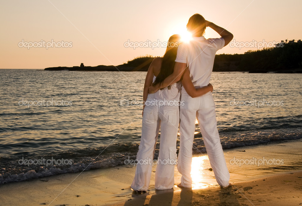 Couple hugging, enjoying summer sunset. — Stock Photo #1988127