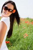 Unga vackra kvinnan i vallmo blommor — Stockfoto