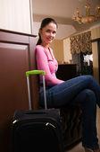 Jovem mulher bonita no lobby do hotel — Fotografia Stock