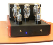 Vacuum tube amplifier on 300B triodes — Stock Photo