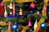 Leksaker på grön jul fir — Stockfoto