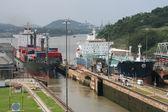 Barco entrando en el canal de panamá en miraflores — Foto de Stock