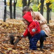 Little boy feeds a squirrel — Stock Photo