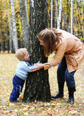 Mother with son play seek and hide — Stock Photo