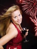 Lächeln, Frau Holding Wein und celebrati — Stockfoto