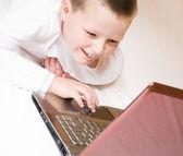 男孩与计算机 — 图库照片