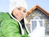 Mujer en ropa de invierno señales bien — Foto de Stock