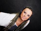 партия женщина в косы прослушивания музыки — Стоковое фото