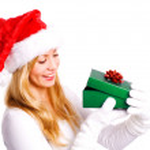 mujer Navidad sostiene presente — Foto de Stock