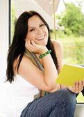 žena čte knihy u okna — Stock fotografie