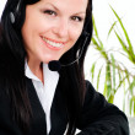 γυναίκα με ακουστικών στο γραφείο — Φωτογραφία Αρχείου