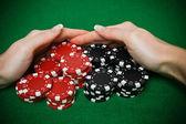 Joueur de poker ratisser un gros tas de jetons — Photo