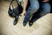 Dorosła kobieta próby na buty w sklepie — Zdjęcie stockowe