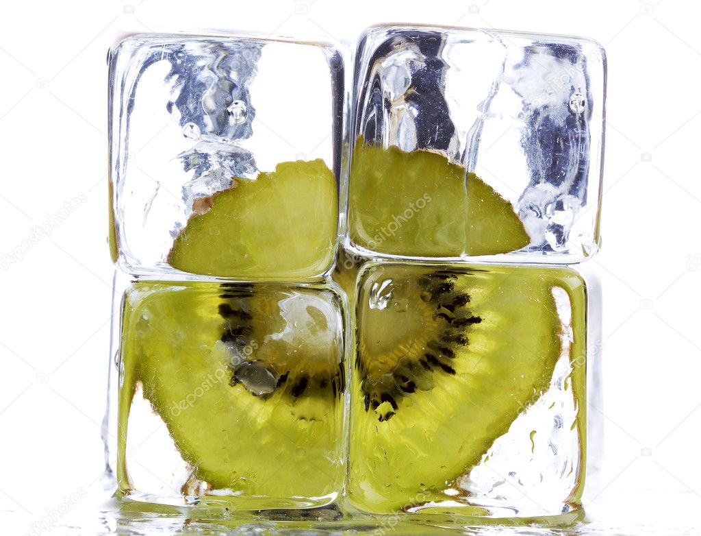 Kiwi and ice cubes  — Stock Photo #1595037